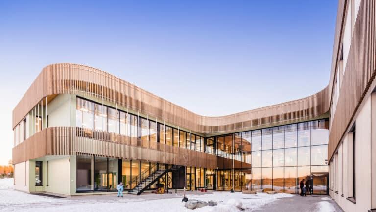 Den svanemerkede Torvbråten skole i Asker sett forfra..