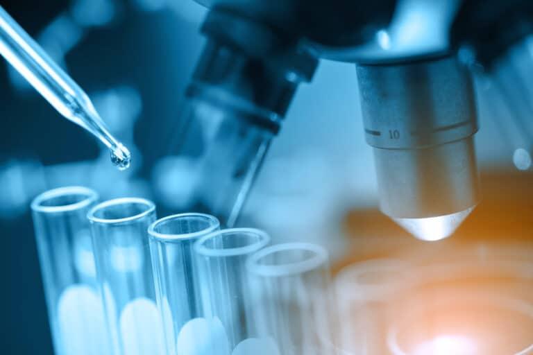mikroskop og reagensglass.