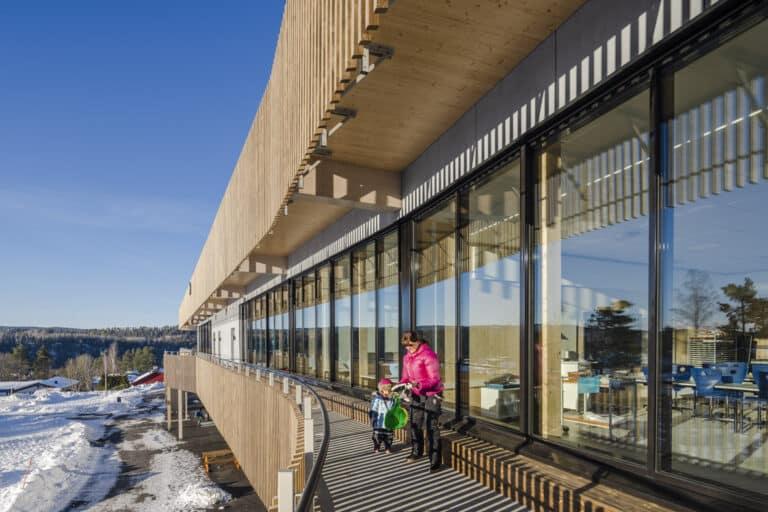 Detaljbilde fra Torvbråten skole, som er et svanemerket bygg.