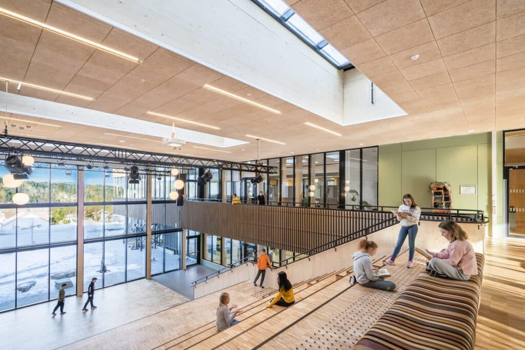 Innendørs bilde av et lyst atrium på en skole.