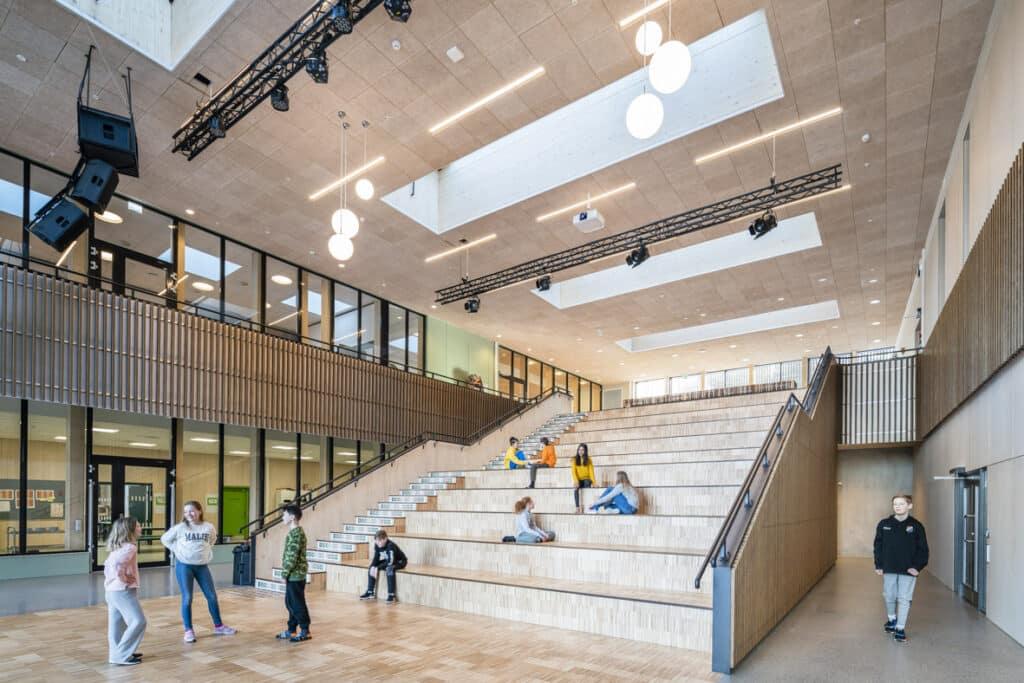 Bilde av lyst atrium innendørs.