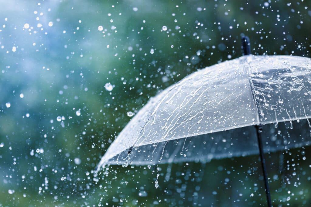 Styrtregn treffer en paraply.