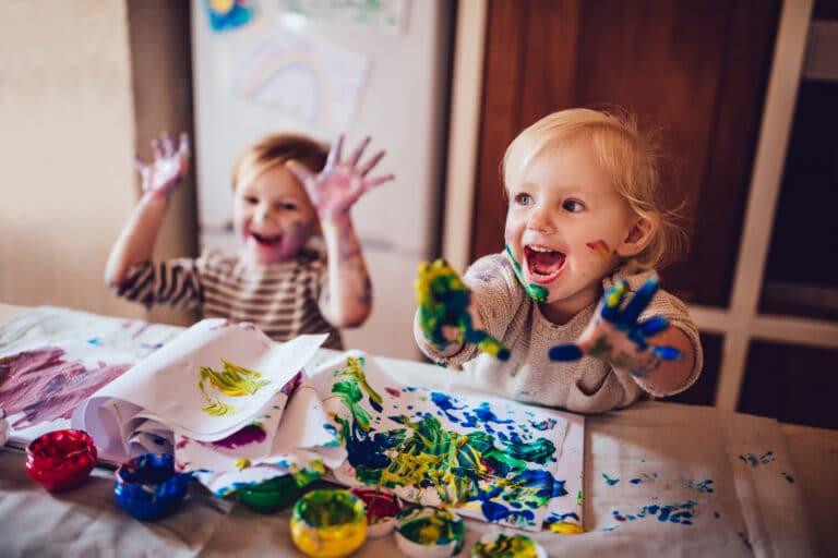 BArn som leker med maling.