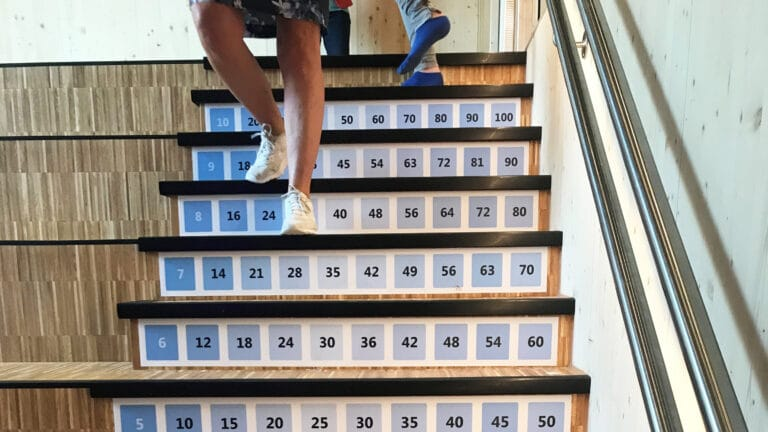Trapp med gangetabellen på Sydskogen skole.