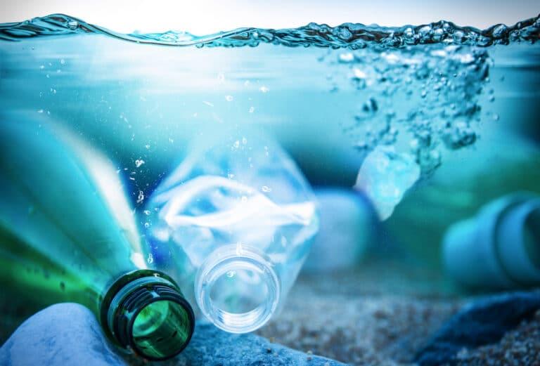 Plastflasker som ligger under vann,
