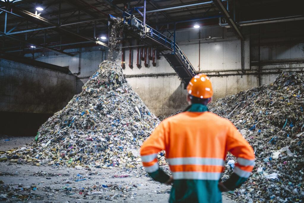 Avfallsanlegg med store mengder avfall.