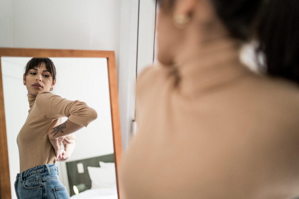 Kvinne som prøver klær i et prøverom.