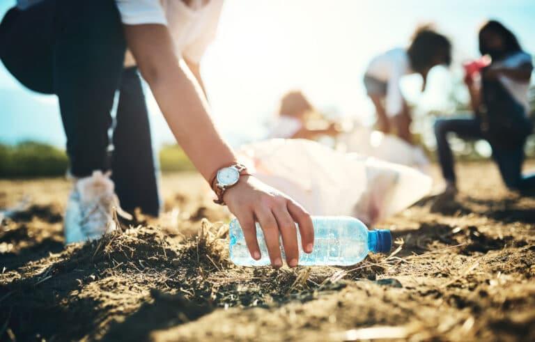Strandryddere plukker opp plastflasker.