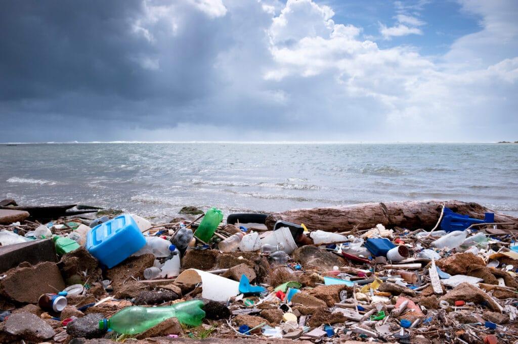 masse plastsøppel på strand.