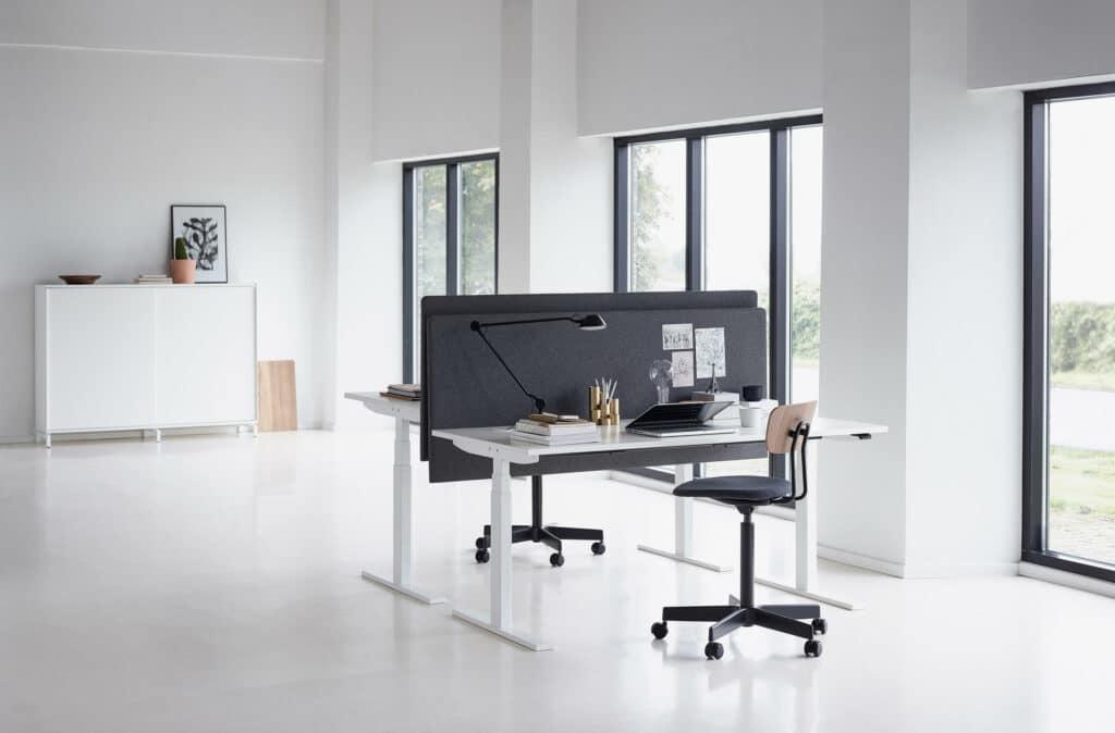 Bilde av svanemerket hev senk-bord i et kontor.